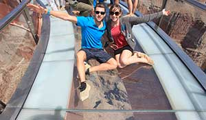 Sul vetro dello Skywalk sul Grand Canyon