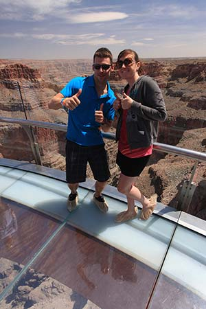 In piedi sullo Skywalk del Grand Canyon