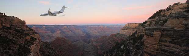 Volo in aereo sul Grand Canyon all'alba.