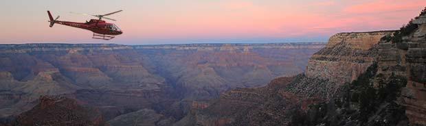 Un elicottero in volo all'alba nel Grand Canyon.
