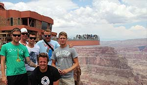 Foto di gruppo con vista sullo Skywalk del Grand Canyon.