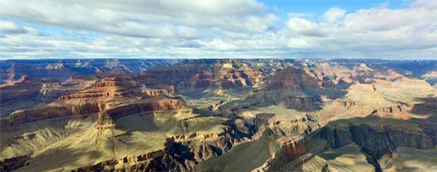 Una bellissima vista del Grand Canyon meridionale con luce perfetta ed ombre di nuvole.