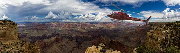Un elicottero in volo durante un tour sul Grand Canyon.